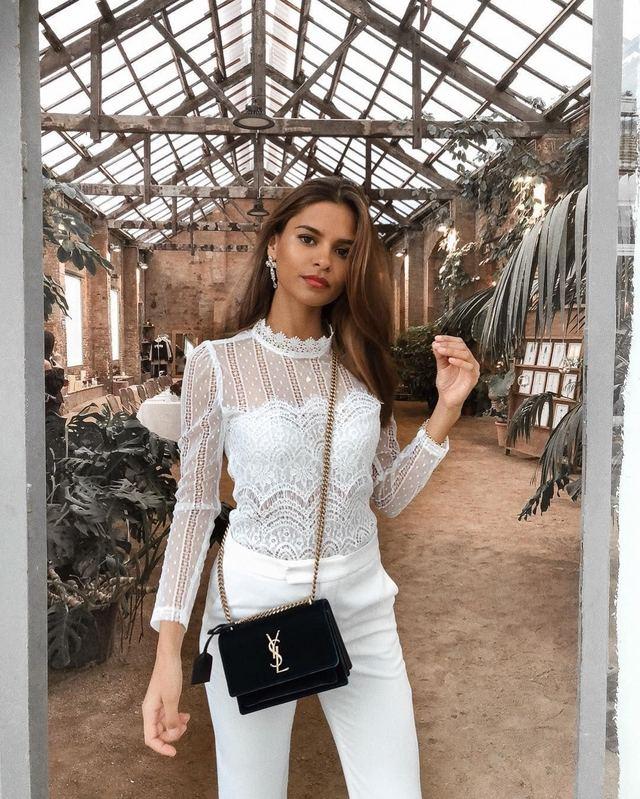 Emelie thường diện nguyên cây đồ trắng, nhấn nhá thêm với trang sức và phụ kiện tóc đơn giản để tổng thể ấn tượng