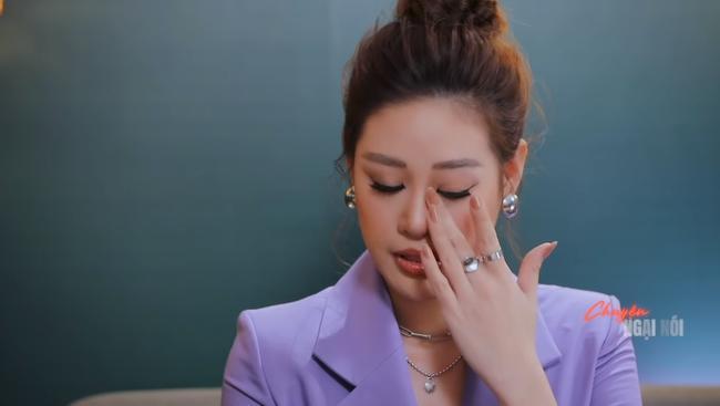 Nàng Hậu rơi nước mắt khi nói về những điều bị cộng đồng mạng chỉ trích.