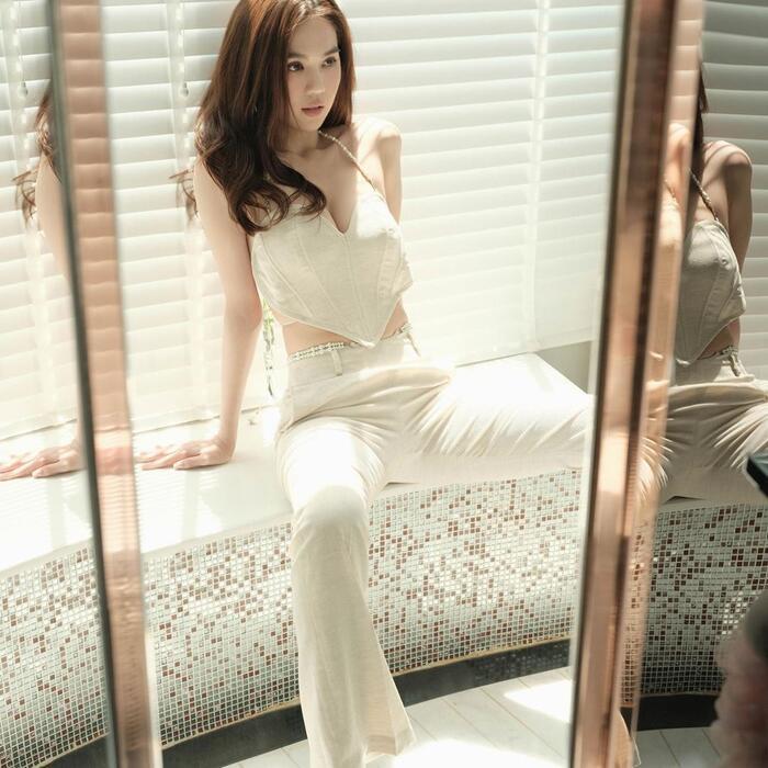 Với chiếc áo độc lạ, chân dài mix cùng quần ống đứng theo cả cây white on white cực chất và thời thượng.