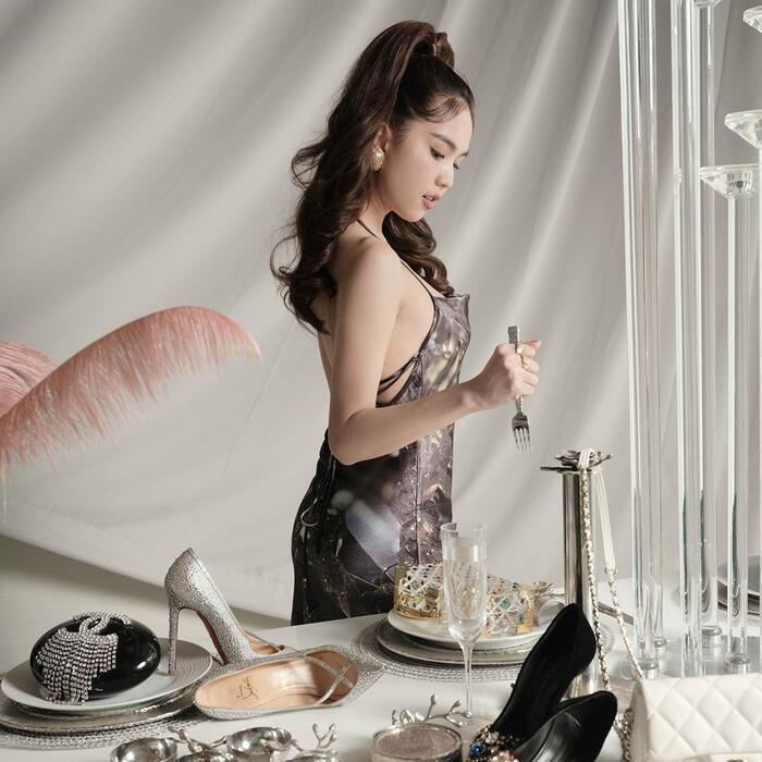 Cùng với đó, Ngọc Trinh cũng đăng tải bản thân trong chiếc váy đan dây sau lưng, có điểm nhấn ở phía sau.