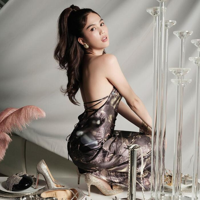 Chất liệu lụa bóng in hoạ tiết vừa mát mẻ lại hoàn toàn phù hợp với hình ảnh sang chảnh mà cô nàng đang theo đuổi.