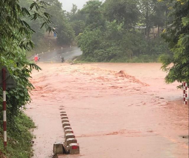Nước ở các khe suối trên địa bàn huyện Hướng Hóa lên cao trở lại do mưa lớn.