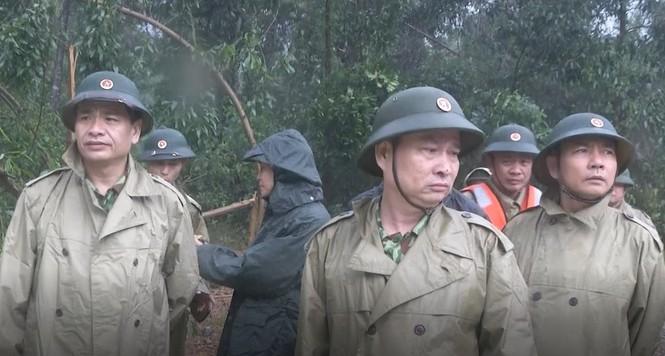Thiếu tướng Nguyễn Văn Man cùng các cán bộ, chiến sĩ trên đường vào Thủy điện Rào Trăng 3.