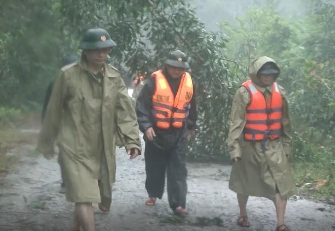 Các cán bộ, chiến sĩ trong đoàn vượt đèo núi giữa trời mưa lớn để đến điểm sạt lở.