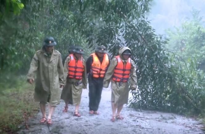 Đoàn công tác trên đường vào cứu nạn, cứu hộ.
