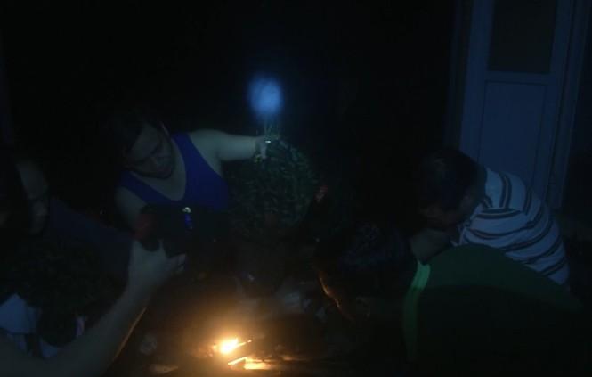 Trước khi gặp nạn, đoàn cứu hộ dừng chân tại Trạm kiểm lâm 67. Mọi người trong đoàn đang quây quần bên bếp lửa trao đổi, hong khô quần áo sau 1 ngày dầm mưa băng rừng, vượt núi.