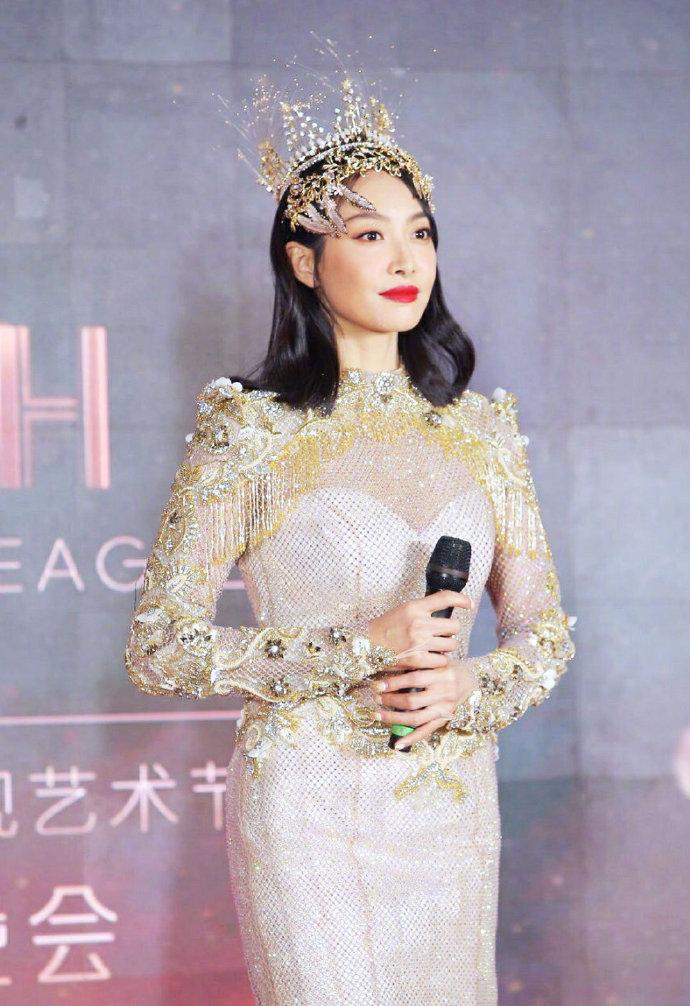 Không chỉ Nữ thần Kim Ưng, nhiều sao Việt cũng bị lộ dáng béo tròn bụng mỡ vì thiết kế váy đuôi cá 0