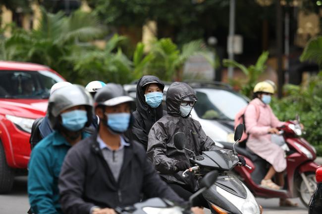 Thời tiết chuyển lạnh, nhiều người dân ra đường đã có thói quen chuẩn bị cho mình những chiếc áo khoác ấm.