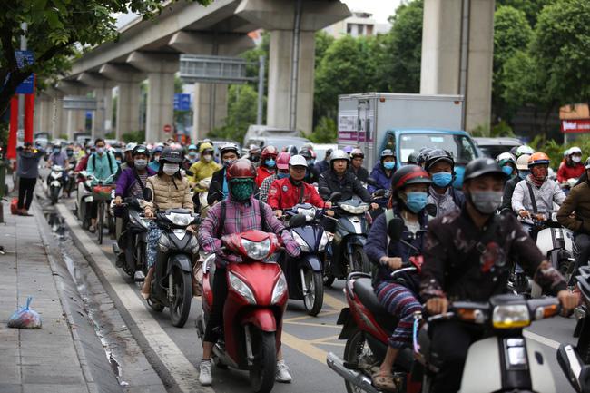 Thời tiết ngày cuối tuần không mưa, nền nhiệt giảm còn 20 độ C. Sáng sớm người dân Thủ đô ra đường đã cảm nhận được cái se lạnh của gió mùa về.