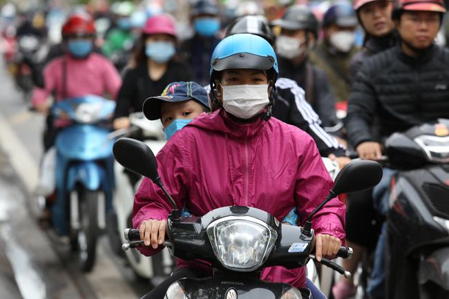 Trẻ em trước khi đến trường cũng được bố mẹ trang bị quần áo đủ ấm để bảo đảm sức khoẻ.