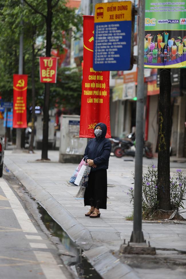 Dù di chuyển bằng phương tiện công cộng, người phụ nữ này vẫn chuẩn bị áo khoác gió để giữ ấm.