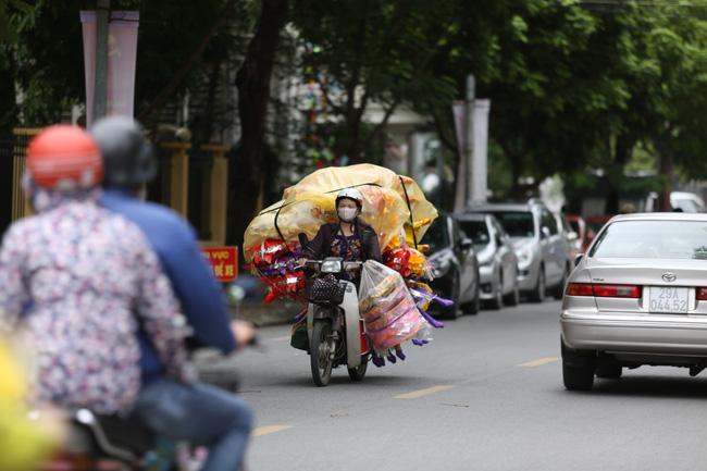 Những người dân lao động di chuyển trên đường từ sáng sớm.