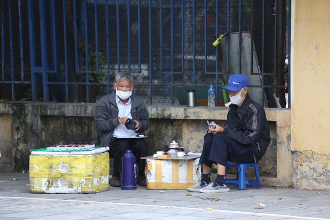 Thời tiết Hà Nội se lạnh, ngồi bên ấm trà nóng, người dân cảm nhận như mùa đông đã về.