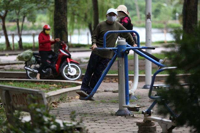 Ngay cả khi đang tập thể dục những người có tuổi cũng không quên mặc ấm cho cơ thể.
