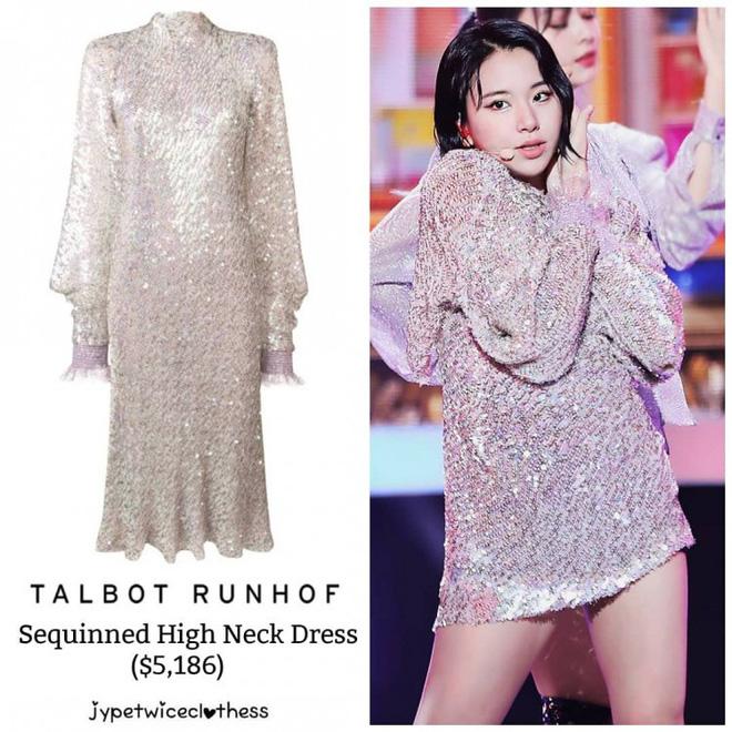 Chaeyoung cao chưa tới 1m60, thế nên stylist quyết định cắt ngắn chiếc đầm sequin lại để cô nàng này trông cao hơn. Rồi sao? Phần đuôi chiếc váy gốc rất đẹp mà lại cắt đi hết thì còn gì giá trị nữa?