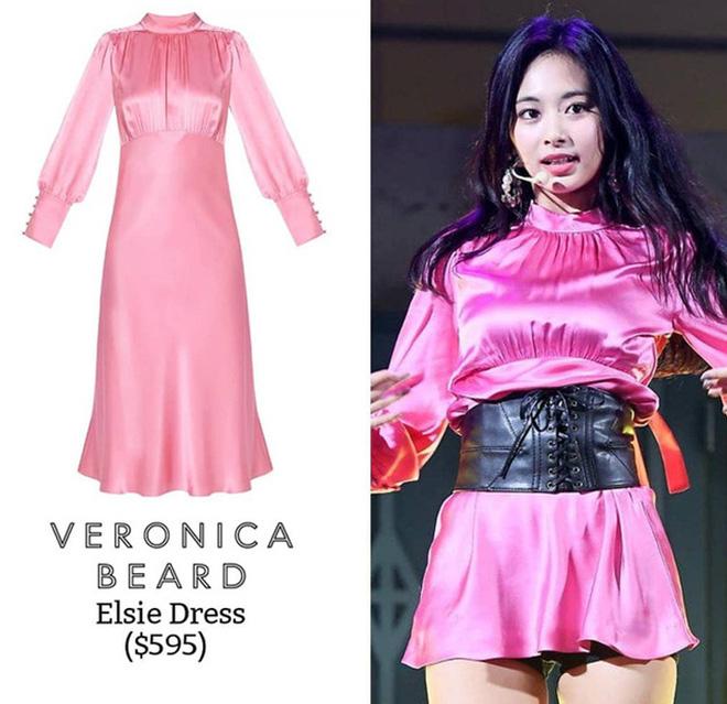 Chiếc đầm của Veronica Beard khi cắt cụt lên trên đùi thì trông rất cũn cỡn và vô duyên. Đấy là chưa kể việc phối đai corset da kia thì có liên quan gì đâu ạ!