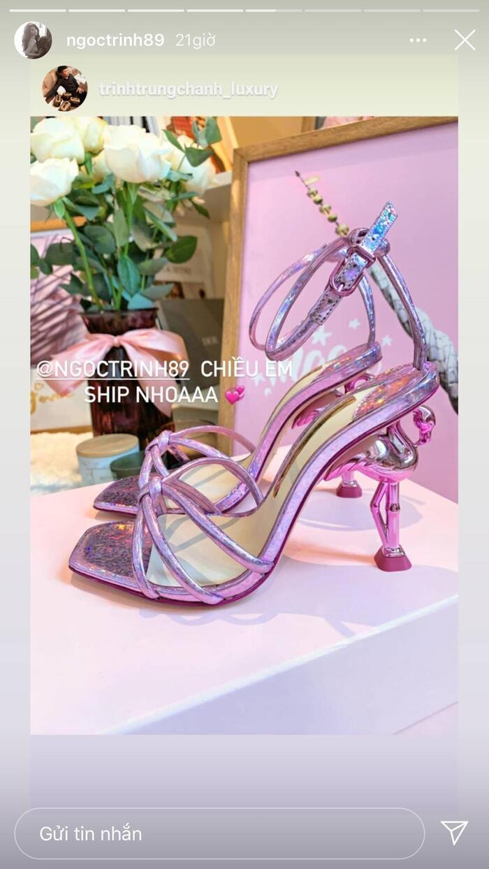 Gần đây, Ngọc Trinh cũng tậu cho mình kiểu giày đế chim cò độc đáo màu hồng tím khoe trên IG.