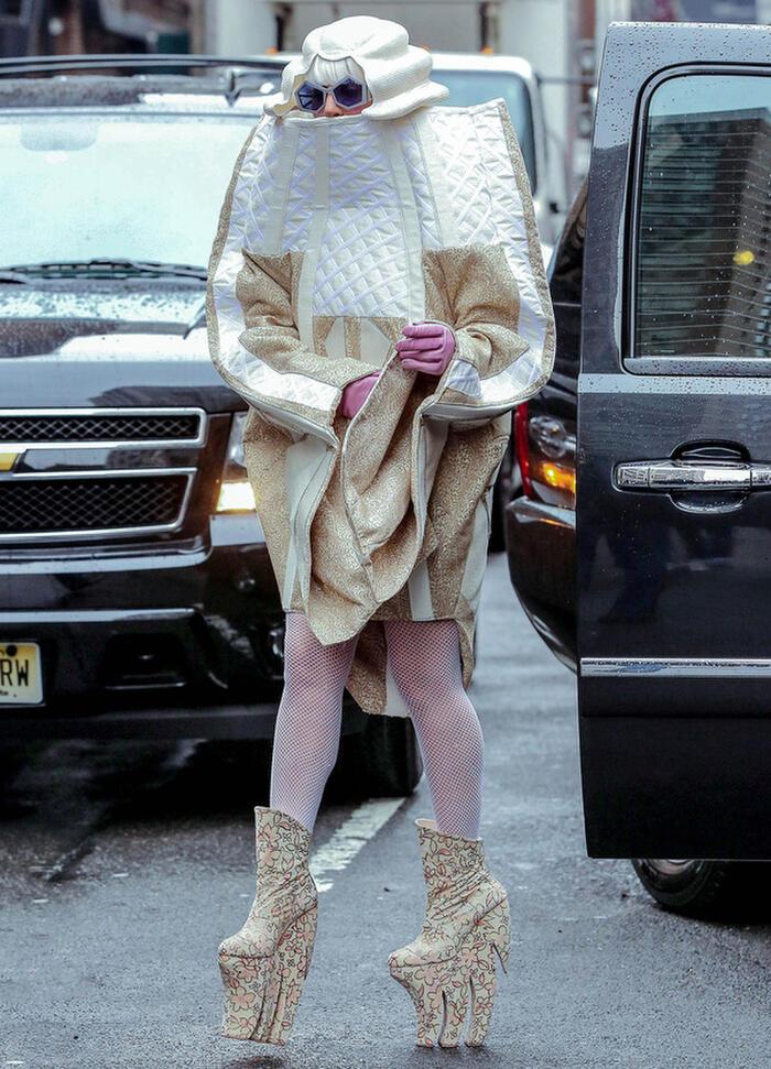 Đôi giày cao gót hình dáng kỳ dị và trang phục nổi bật khiến cô nàng ca sĩ cá tính thu hút mọi ánh nhìn.