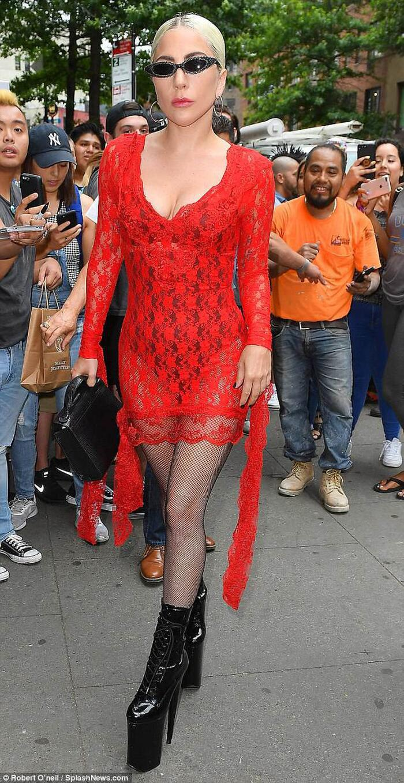 Nữ ca sĩ tài năng từng ra phố lồng lộn với bộ váy ren đỏ xuyên thấu cùng đôi cao gót chót vót như cà kheo.