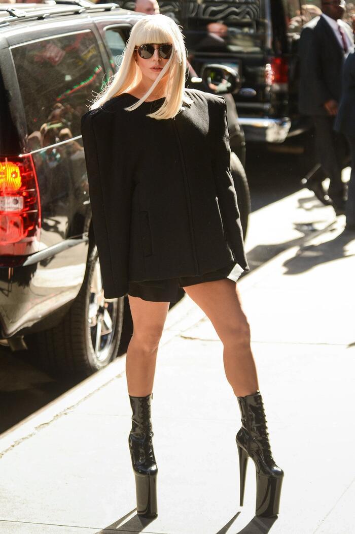 Dù mang giày biết rằng mang sẽ ngã sõng xoài nhưng nữ ca sĩ Hollywood vẫn tự tin tạo dáng trước đám đông.