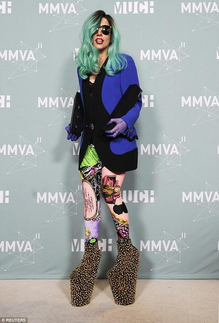 Collection giày gồm rất nhiều đôi có lẽ chỉ có Lady Gaga mới dám mang.