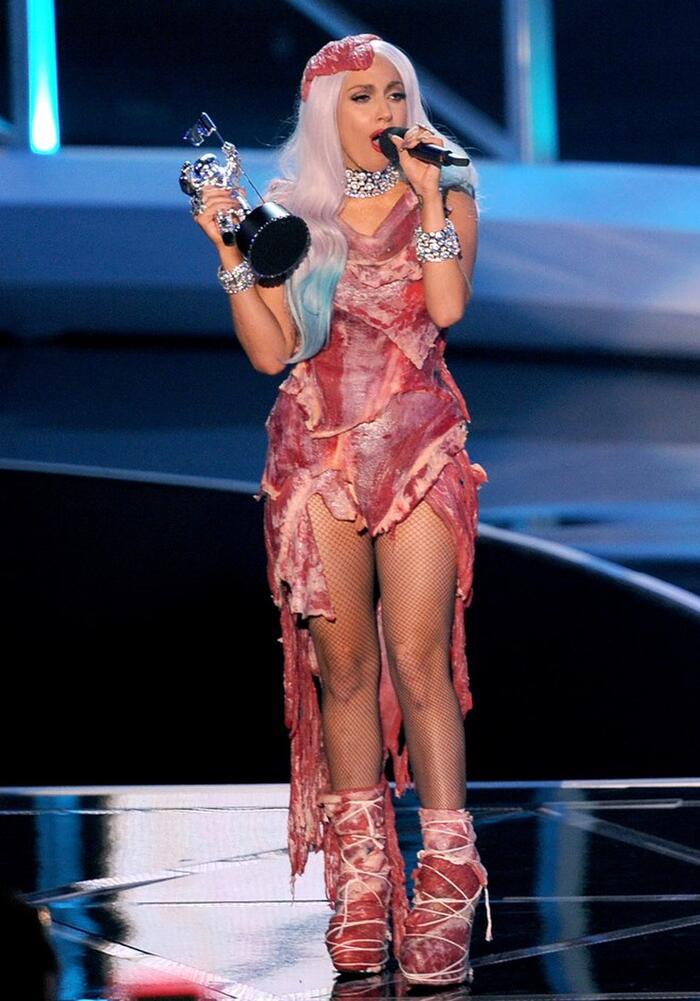 Đôi giày bằng thịt này 'tông xuyệt tông với trang phục mà Gaga đang mặc trên người từng chiếm trọn spotlight tại lễ VMAS 2010.