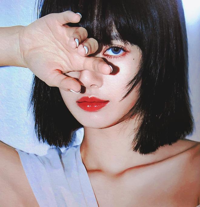 Visual đỉnh như Lisa: Uốn tóc 'bà thím', makeup đậm sắc vẫn không 'dừ' mà chỉ khiến vạn người mê 0
