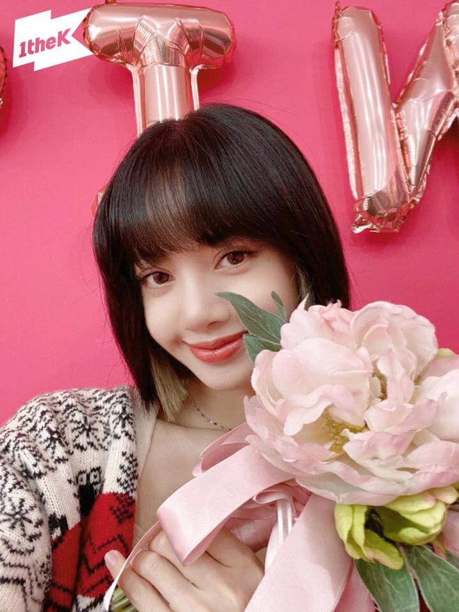 Visual đỉnh như Lisa: Uốn tóc ''bà thím'', makeup đậm sắc vẫn không ''dừ'' mà chỉ khiến vạn người mê 3
