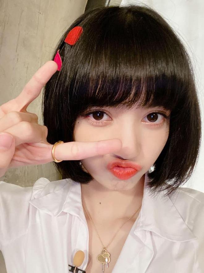 Visual đỉnh như Lisa: Uốn tóc ''bà thím'', makeup đậm sắc vẫn không ''dừ'' mà chỉ khiến vạn người mê 4