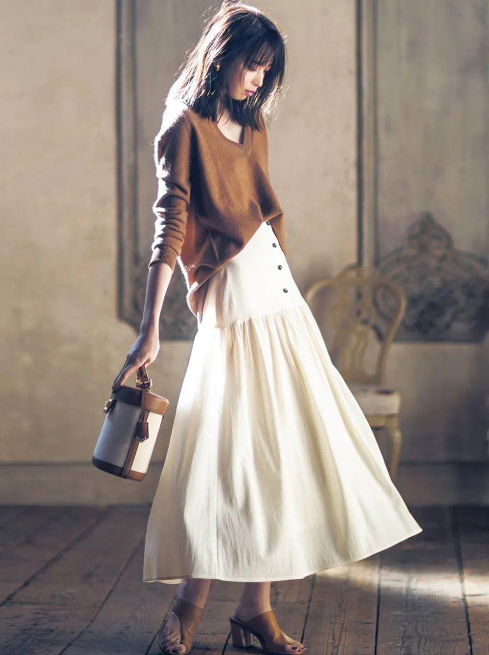 Áo len cơ bản là loại áo len cổ tròn, cổ chữ V, đồng màu và có kích thước vừa phải. Thường thì khi mặc kiểu áo này một mình có thể cảm thấy kém thời trang nhưng sau khi kết hợp với chân váy thì lại rất nữ tính và điệu đà. Đặc biệt là những chiếc chân váy với chất liệu và thiết kế đặc biệt sẽ khiến cả set đồ trông đắt giá và cao cấp hơn.