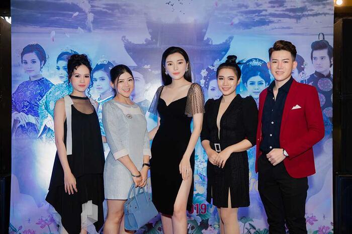 Cao Thái Hà cũng từng diện một chiếc váy ngắn, đường xẻ cao hơn nửa đùi, vậy nên cô nàng phải dùng tay che chắn.