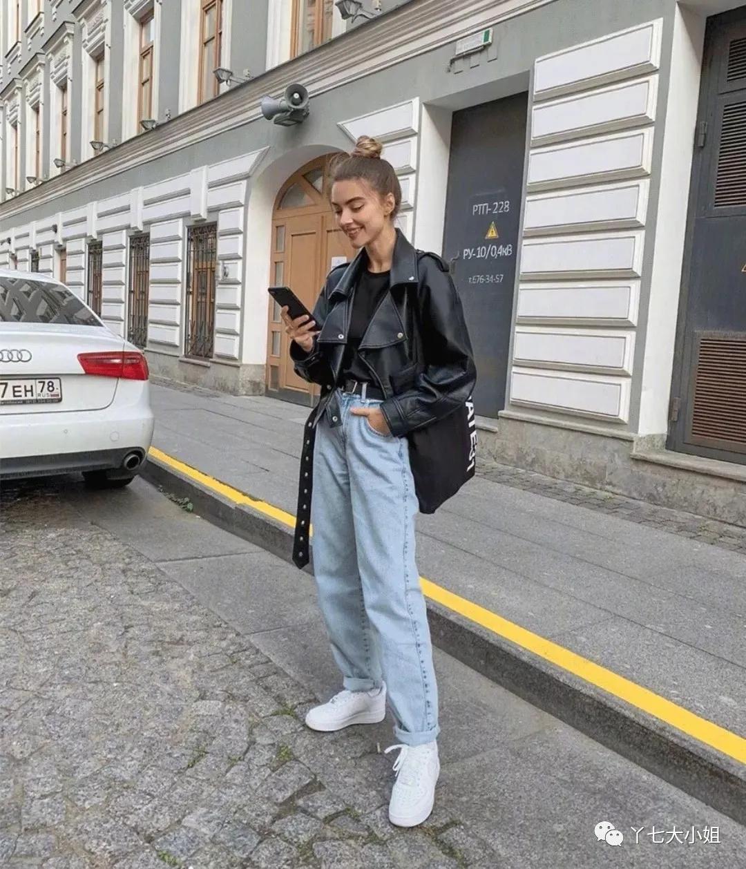 Áo khoác da có phần cứng nhắc hơn áo khoác denim, vì vậy áo khoác da cũng rất thích hợp để phối cùng quần jeans tạo cảm giác cool ngầu cá tính