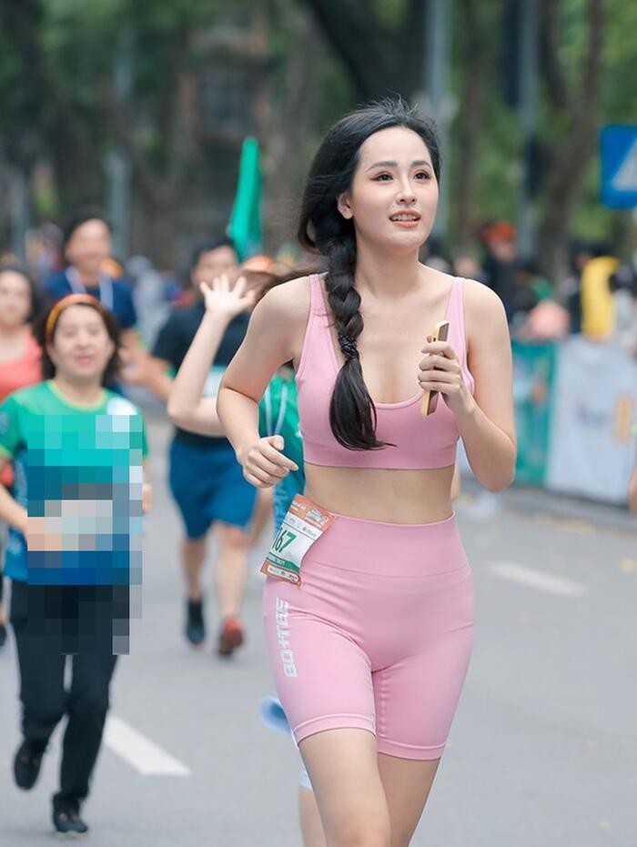 Mai Phương Thúy với sắc vóc rạng rỡ trong thiết kế đồ tập màu hường pastel đi chạy marathon vừa qua thu hút sự chú ý của khán giả.