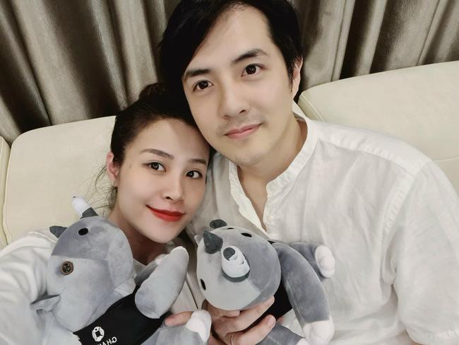 Hiện tại Đông Nhi đang ở phòng sinh cùng với Ông Cao Thắng để chờ con gái chào đời.
