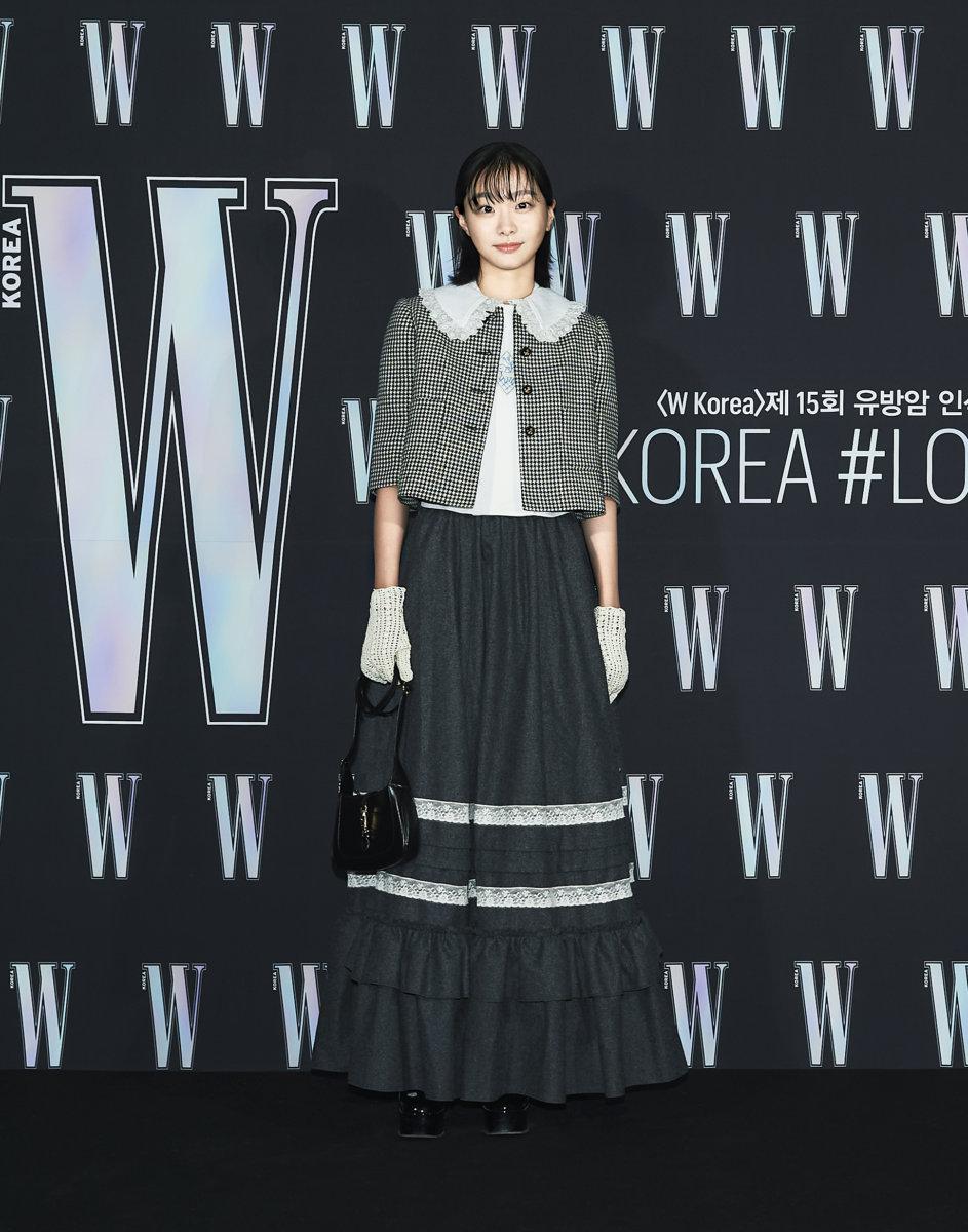 Nữ chính 'Tầng lớp Iteawon' Kim Dami cá tính trong bộ đồ nổi bật.