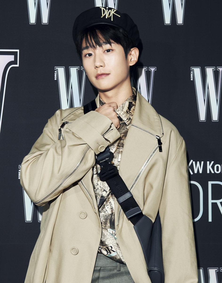 Jung Hae In nhận được nhiều lời khen vì set trang phục trẻ trung, cá tính.