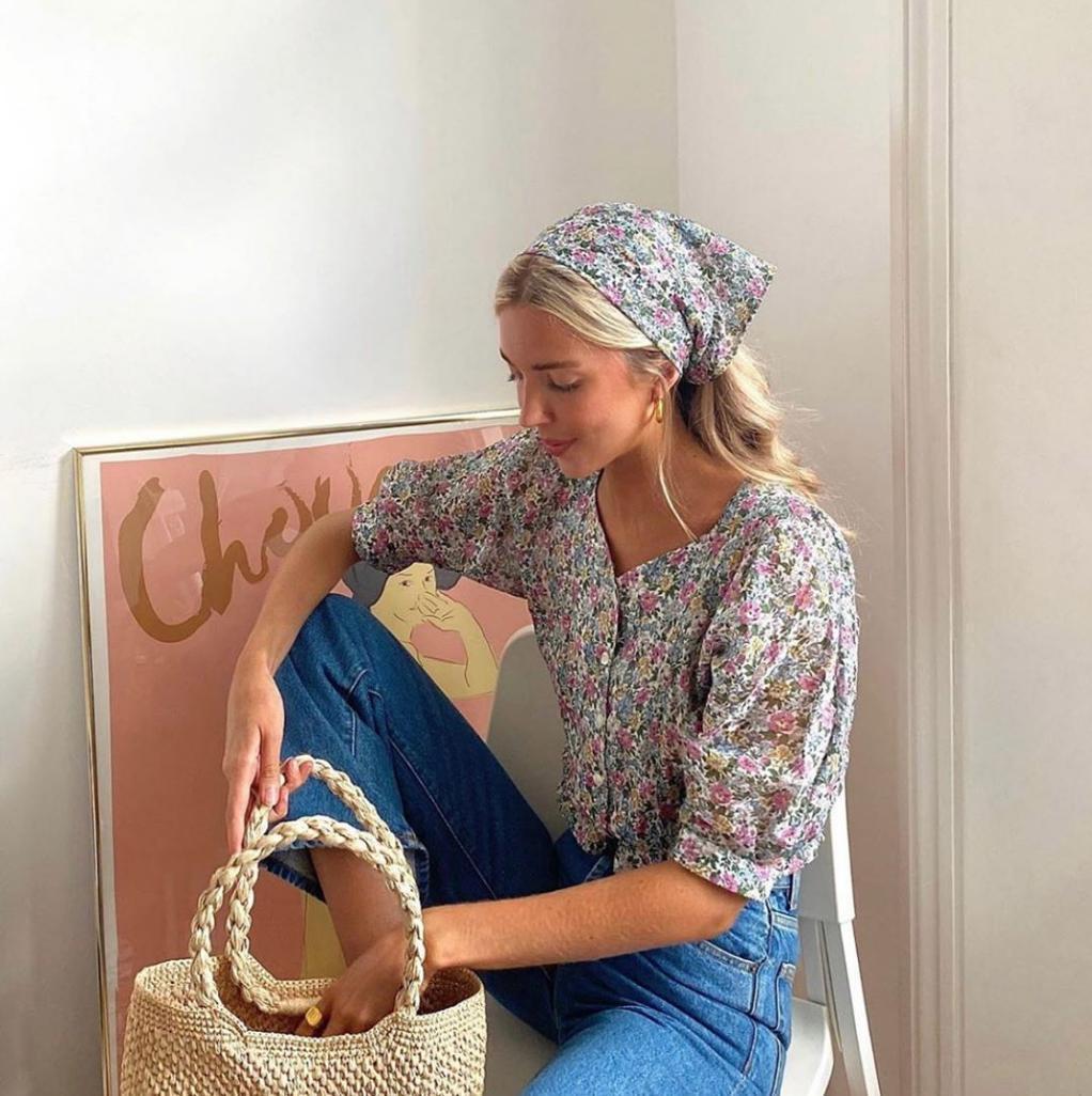 Để tránh sến súa thì bạn nên chọn kiểu áo sơ mi hoa nhỏ, đường viền cổ áo và tay phải để hở ở mức độ nhất định để tránh tạo cảm giác lôi thôi