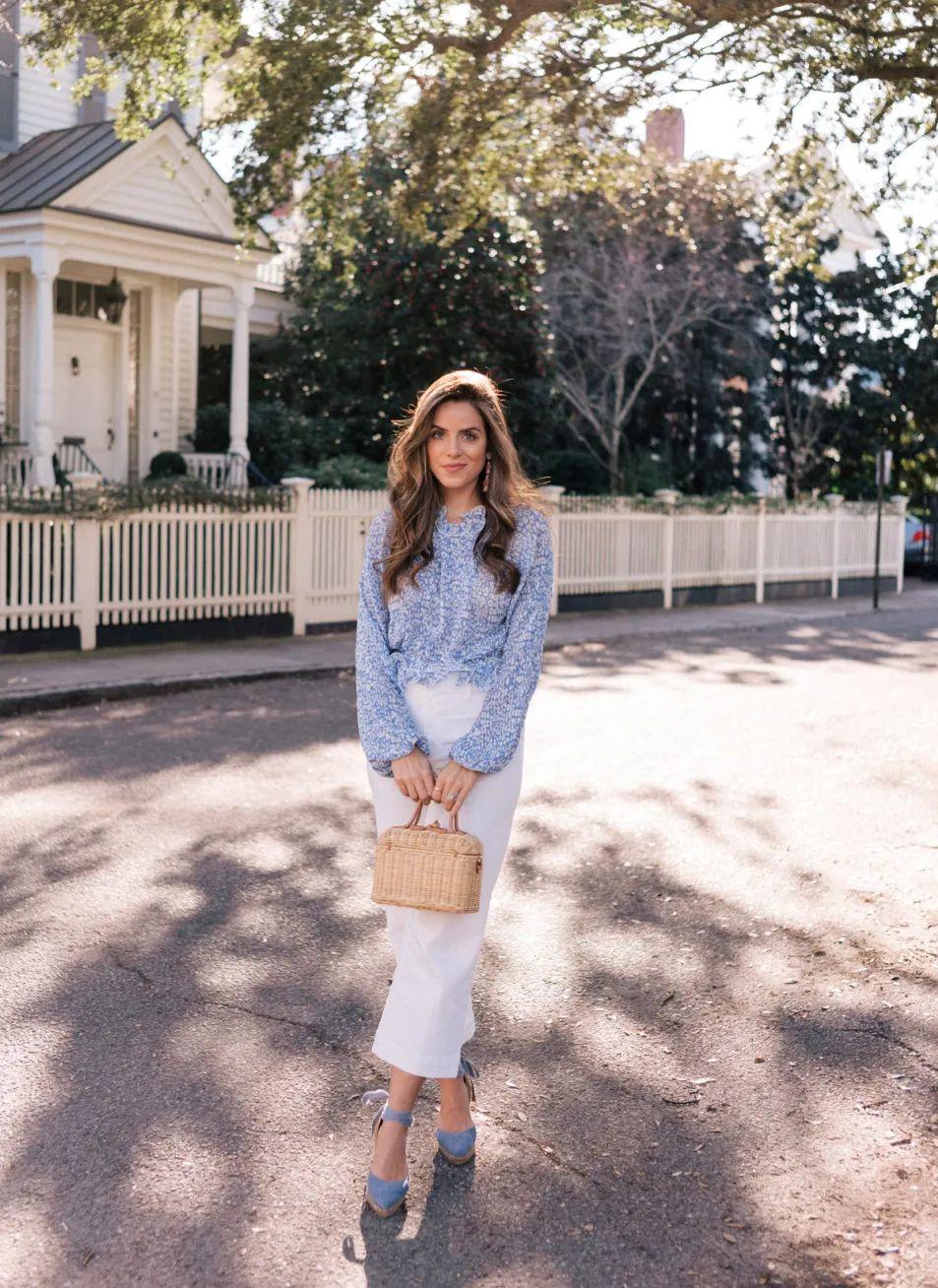 Quần jeans trắng cũng là gợi ý hay ho, có thể hợp với nhiều kiểu áo khác biệt.