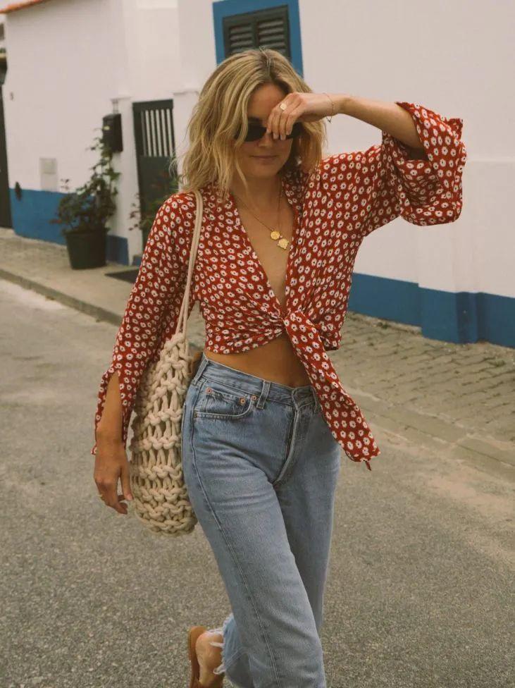 Kiểu áo blouse retro cổ chữ V với tay áo phồng luôn tạo cảm giác cổ điển, thanh lịch, diện cùng quần jeans lại thêm vài phần cá tính thu hút