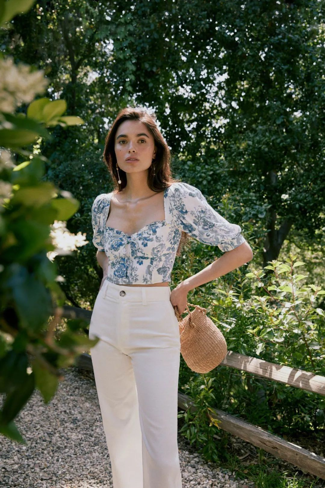 Diện áo blouse hoa với quần jeans là bạn đã có set đồ vừa trẻ trung vừa năng động mà cũng 'thơ' ra trò.