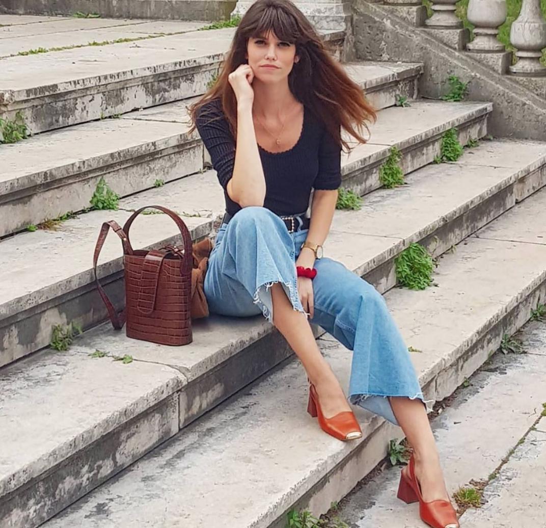 Những chiếc áo len đan thông thường rất tôn vóc dáng, màu đen, trắng, be được phối với quần jeans, là có ngay set đồ đẹp như gái Pháp. Vầ phần túi tắm bạn có thể chọn những thiết kế mang gam màu cơ bản, túi cói xinh xẻo