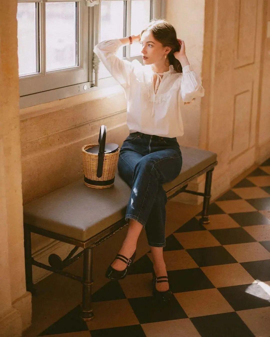 Bạn có thể chọn những mẫu áo blouse cách điệu như áo cổ vuông, tay áo phồng, đường cắt, tua rua, dây rút và nếp gấp , diện lên cùng quần jeans mang đến cảm giác vừa ngọt ngào và cá tính và trẻ trung thời thượng