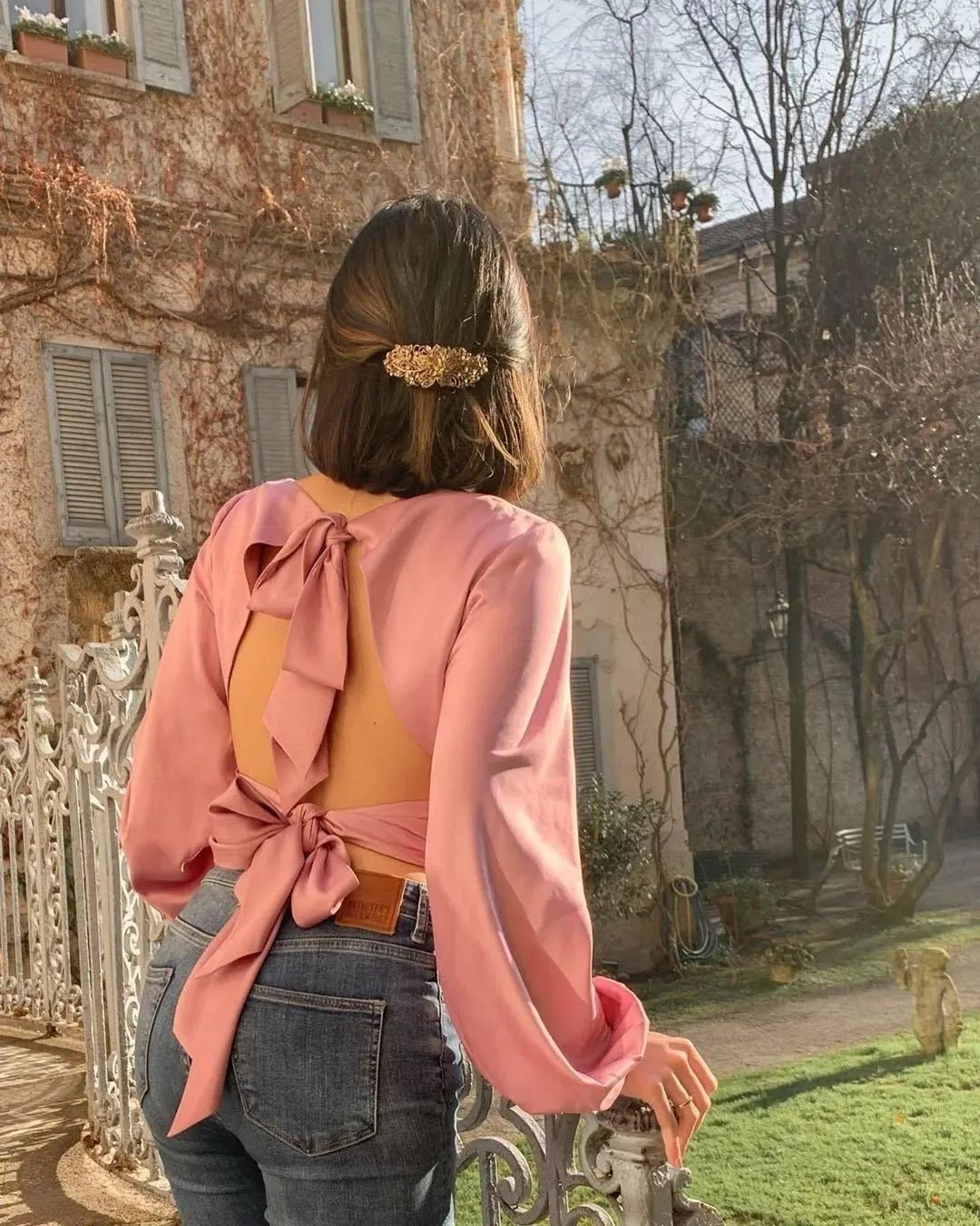 Cho những buổi đi chơi dạo phố thì đừng ngại phá cách với 1 chiếc áo cut out sau lưng đầy táo bạo, tôn lên tấm lưng trần mảnh mai thon thả gợi cảm. Quần jeans còn có khả năng tôn đẩy vòng 3 khá tốt, khiến bạn càng thêm bội phần quyến rũ.