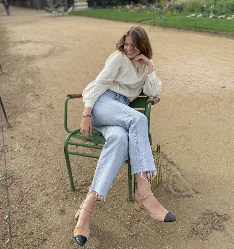 Sơ mi trắng và quần jeans chính là combo đi làm đơn giản nhưng đủ đẹp, luôn vẹn toàn để sang chảnh để ai cũng ghi điểm chốn công sở. Tô điểm thêm với 1, 2 món phụ kiện như đồng hồ, vòng cổ là style của bạn đã ghi điểm hoàn hảo.