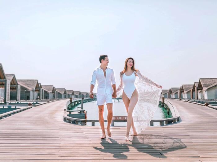 Thậm chí khi đi biển, nam diễn viên cũng ưu ái mặc cùng quần short trắng, tạo thành tổng thể trẻ trung cùng tông.