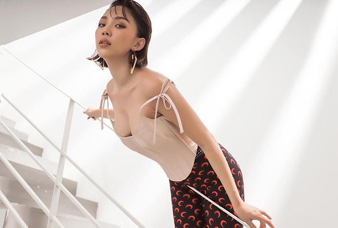 Tóc Tiên từng có thời gian hoạt động nghệ thuật ở thị trường hải ngoại. Năm 2015, cô trở về Việt Nam và xây dựng hình tượng của một ca sĩ hiện đại, thích ăn vận sexy. Vào tháng 2 năm nay, Tóc Tiên bất ngờ kết thúc cuộc sống độc thân bằng đám cưới được tổ chức kín đáo với Touliver.