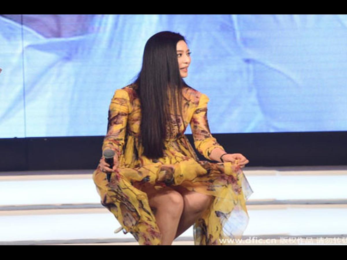 Việc hồn nhiên vén cao váy trước mặt khán giả, người đẹp lắm thị phi này đã để lộ vùng nhạy cảm khiến khán giả ''đỏ mặt'' trong khi ''khổ chủ'' thì vô tư không biết gì.