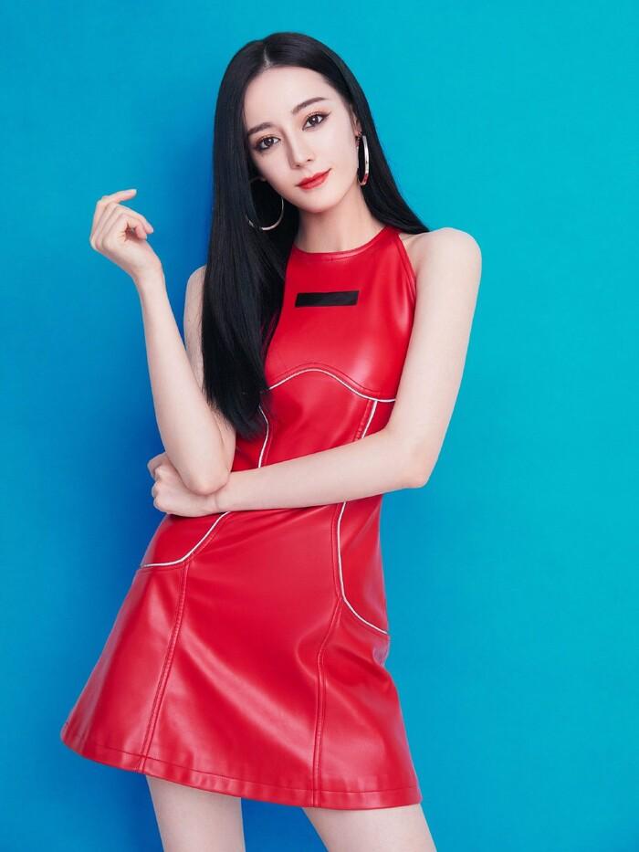 Kiểu váy da đỏ cùng tạo hình makeup sắc sảo của mỹ nhân Tân Cương gần đây cũng được dân tình khen ngợi