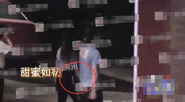 Sau khi rời đi, Trần Hiểu cũng nắm chặt tay vợ không buông.