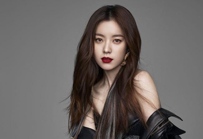Cũng tương tự như cô bạn thân Han Ji Min, bố của Han Hye Joo cũng là một tướng lĩnh trong không quân. Bản thân người đẹp cũng từng là đại sứ không quân trong khoảng thời gian 2007-2008.